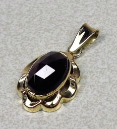 14 kt gold pendant with garnet