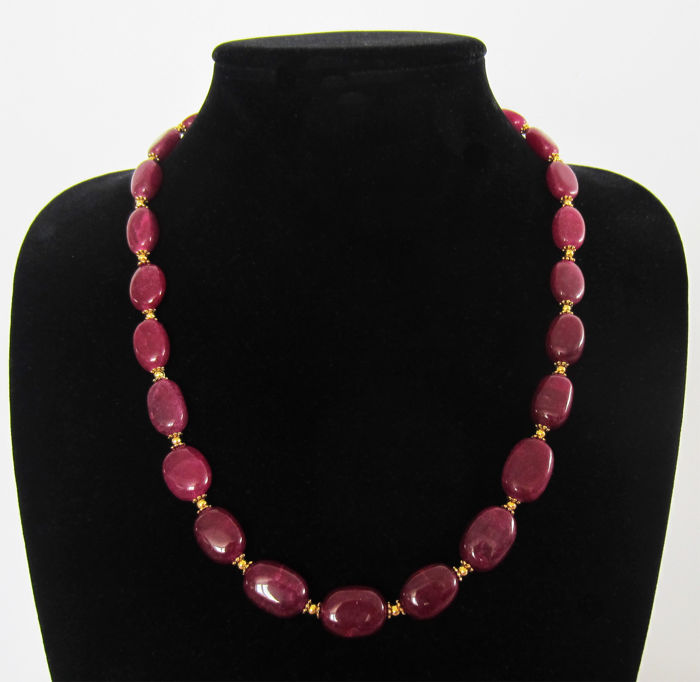 Polished ruby necklace -  hallmarked 14 kt gold clasp - approx. 350 ct, total length 57.5 cm