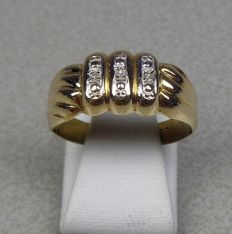 14 kt yellow gold ring with three diamonds. Size 17.8 mm