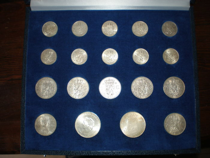 "The Netherlands – guilders, ""rijksdaalders"" (2.5 guilder coins) and 10 guilder coins, 1954-1973, Juliana, silver (nineteen coins), in case"