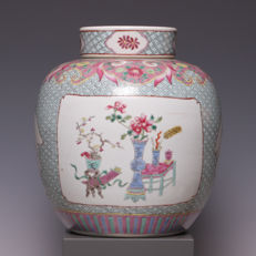 Beautiful famille rose porcelain vase with lid - China - late 19th/early 20th century.