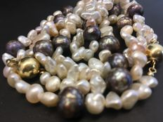Double-strand pearl necklace. With a 14 kt gold clasp; length: 90 cm.