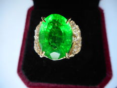 Gold ring with natural emerald and diamonds