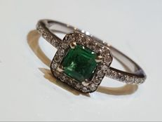 18 kt white gold ring with 0.30 ct diamonds and central emerald – Ring size: 12