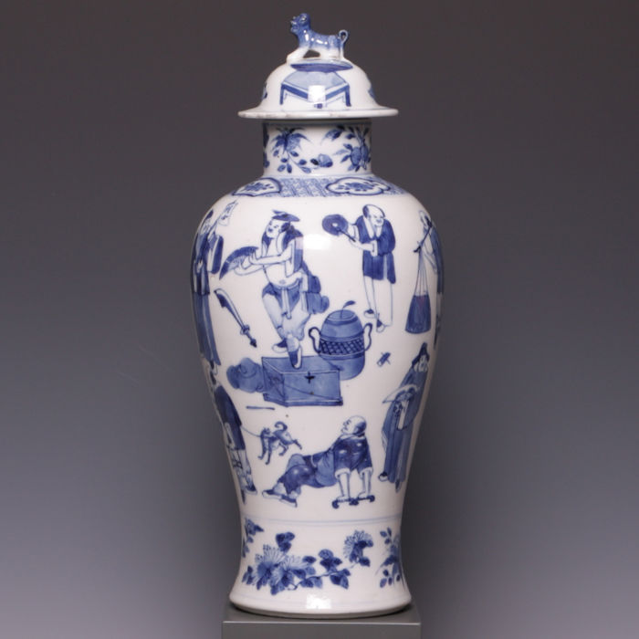 Beautiful, blue-white porcelain vase with lid, decoration with figures - China - 19th century