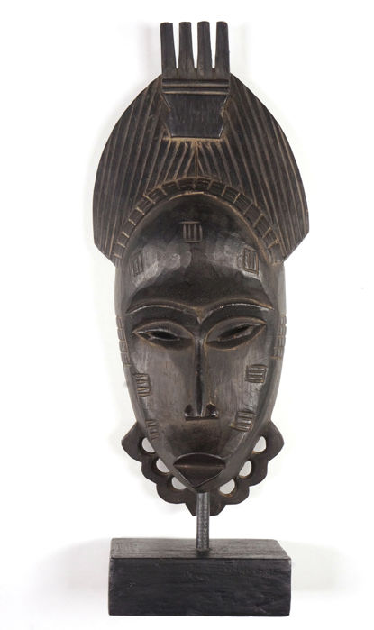 Baoule mask on stand