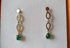 Earrings in 18 kt gold with emeralds totalling 1.40 ct – 3.5 cm in length – No reserve