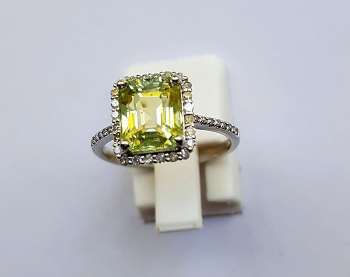 14 kt white gold ring with diamonds & a tsavorite – 3.32 ct