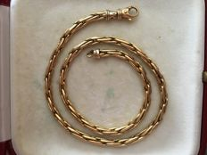 18 kt gold necklace composed of intertwined links. 42 cm.