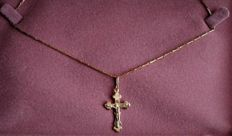 18 kt gold chain of 50 cm with crucifix in 18 kt/750 yellow gold **1950-1960**