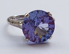 14 kt White Gold Ring with Diamonds & a Violet Blue Tanzanite of 5.45 ct – *No Reserve*