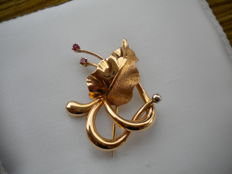 Vintage brooch from circa mid-1950s, 18 kt gold, floral pattern, elegant craftsmanship embellished with two small rubies.