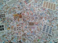 World – Lot of ± 32,000 stamps, mainly on paper, sheets and miniature sheets.