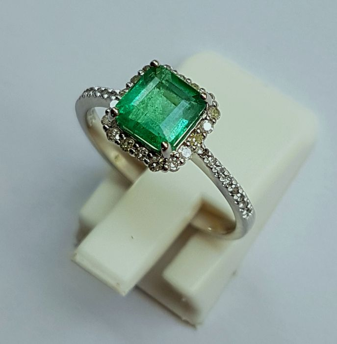 14kt White Gold Ring with Diamonds & Emerald of 1.16 ct - size: 6.5 (US)
