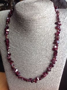 Necklace of garnets 27 g, length 47 cm, with 18 kt yellow gold clasp