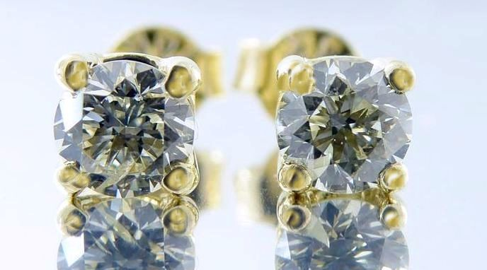 Solitaire ear studs set with cut diamonds of 0.42 ct in total. No reserve price.