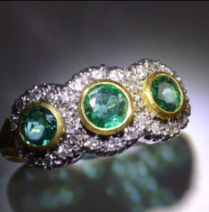 Stunning diamond and emerald 18k gold cluster ring