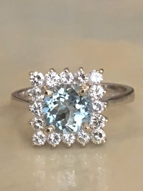 18 kt white gold entourage women's ring with an aquamarine of approx 1.20 ct and diamonds,   approx. 0.64 ct, G/VS