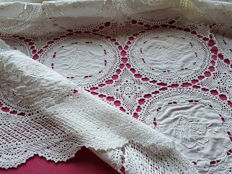 Bedspread, crocheted lace - embroidery, linen/cotton, Italy, ca. 1920-1930