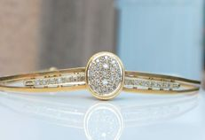 Hinged bracelet with diamonds. In 18 kt gold, weighing 11.60 grams.