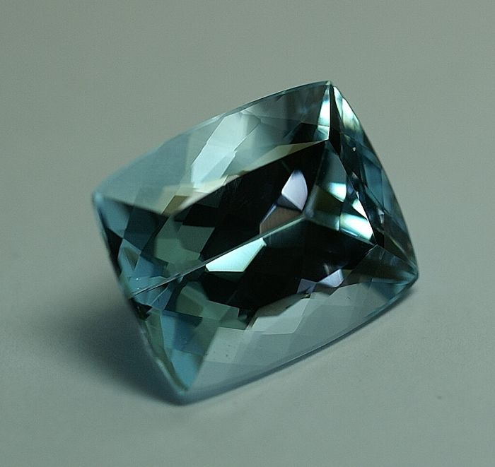 Topaz, intense sky-blue, 24.98 ct