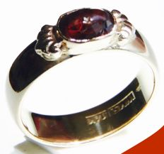 14 yellow gold antique women's ring, weighing 7.65 grams, with a deep-red faceted cut garnet.
