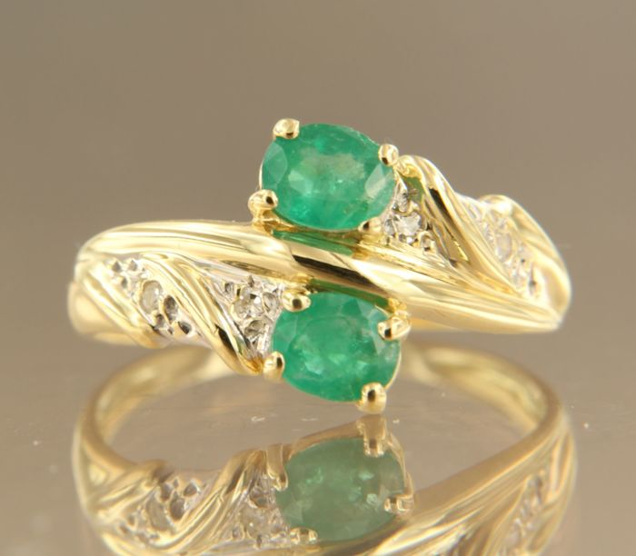 18kt bicolour gold ring set with an emerald and 4 single cut diamonds, approx. 0.02 ct in total, ring size 16,5 (52). No reserve price.