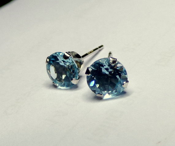 14 ct earrings with 2.5 carat of sky blue topaz, diameter: approx. 0.7 cm.