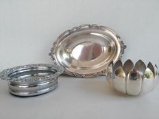 Silver plated bowl for bread/fruit, Georgian style from the 1900 and with base for wine and a centrepiece with the shape of a closed flower - all silver plated