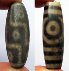 Two agate prayer beads in the grey/beige tones – 9 eyes with 4 rounded faces and 2 eyes – Tibet – end of the XX century.