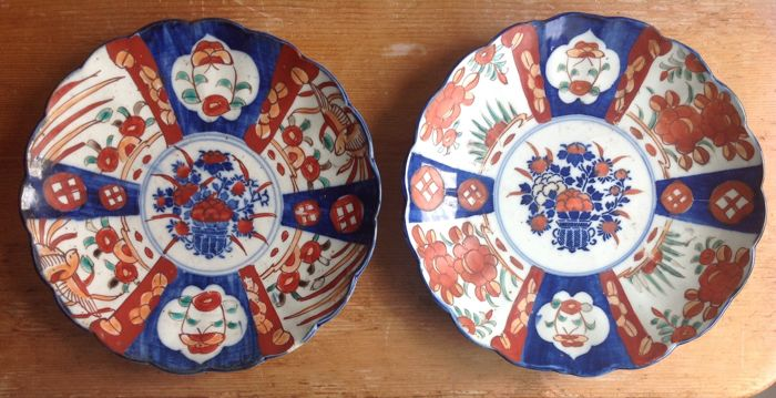 Two Imari plates with floral pattern and sculpted edge - Japan - Approx. 1900