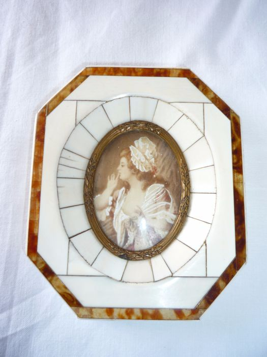 Miniature depicting an elegant Lady in a ivory and turtle frame - first half 20th century