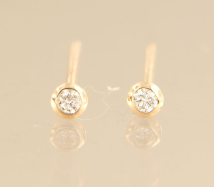 14 kt Rose gold solitaire stud earrings, set with brilliant cut diamonds of approx. 0.06 ct in total – diameter 2.7 mm wide