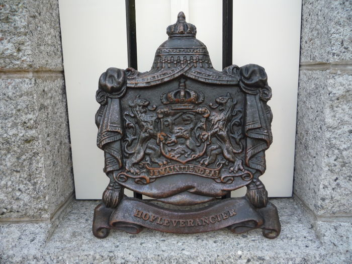 Cast-iron Coat of Arms - purveyor - Je Maintiendrai