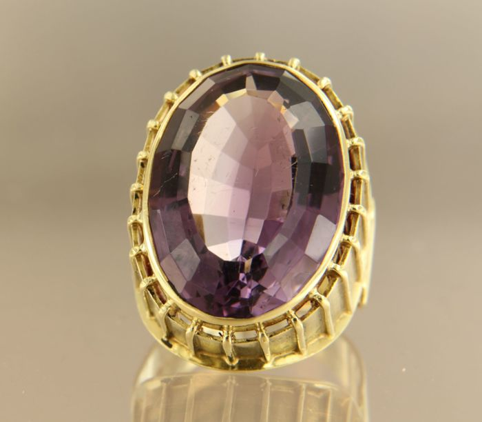 18 kt yellow gold ring with 20 carat oval, faceted cut amethyst, ring size 18 (56)