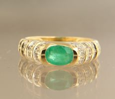 18 kt bi-colour gold ring with emerald and 18 brilliant cut diamonds – ring size 16.25