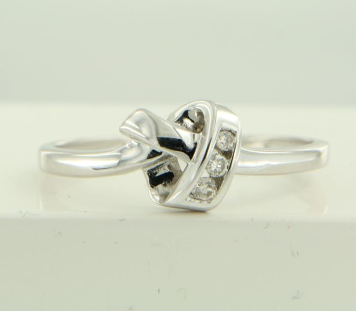 18 kt White gold ring set with 3 brilliant cut diamonds, approx. 0.10 ct in total, ring size 18 (57); no reserve price
