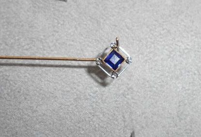 Gold vintage tiepin with blue square cut stone, 0.50 ct.