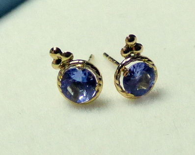 14 kt earrings with 0.7 ct tanzanite, diameter 0.5 cm