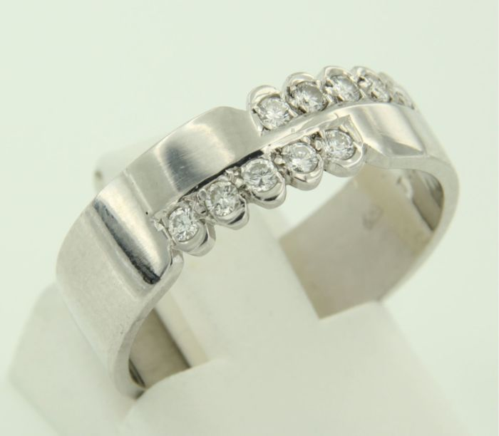 18 kt White gold ring set with 10 brilliant cut diamonds, approx. 0.20 ct in total, ring size 17.5 (55)