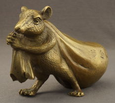 Bronze sculpture depicting a rat with a money bag - China - 21st century