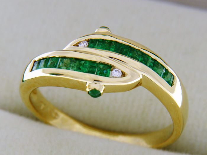 18 kt Gold Ring with Emeralds and Diamonds Ring size: 59 - easy to adjust -