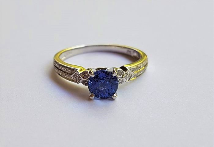 *NO RESERVE PRICE * 14K Solid White Gold Ring with 0,15 ct Diamonds and a Vivid Blue Sapphire aproxx 1.05 ct