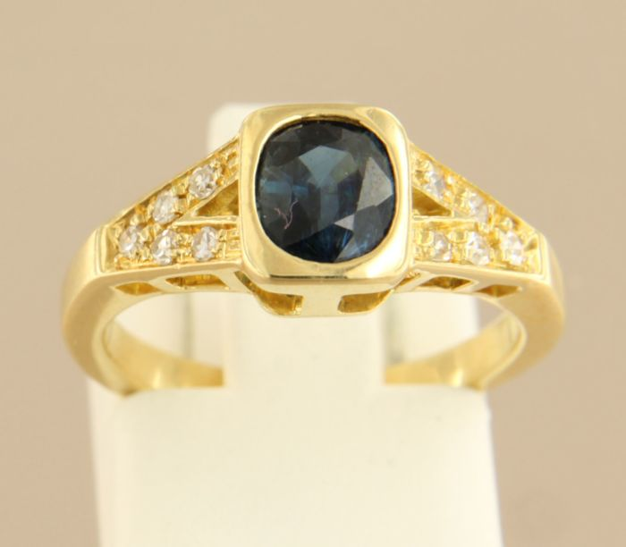 18 kt Yellow gold ring set with a sapphire and 10 single cut diamonds, approx. 0.20 ct in total, ring size 15.25 (48)