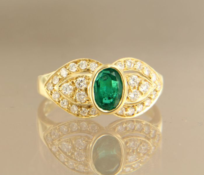 18 kt yellow gold ring set with a central 1.05 ct emerald surrounded by 28 brilliant cut diamonds, ring size 15.25 (48)