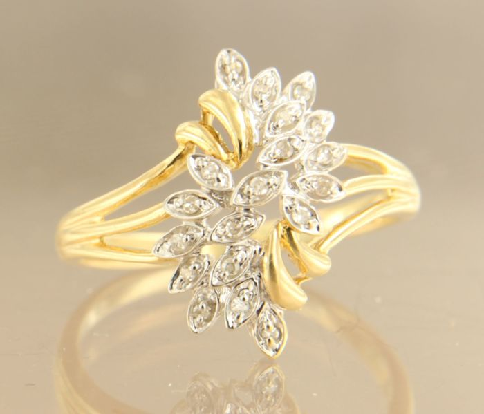 14 kt bi-colour gold ring set with 19 single cut diamonds, approx. 0.10 carat in total, ring size 19 (60).