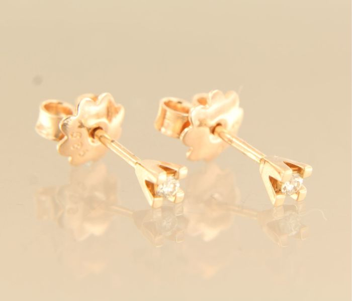 Rose gold 14 kt solitaire ear studs set with brilliant cut diamond of approx. 0.08 ct in total, the top of the stud is 3.3 mm wide