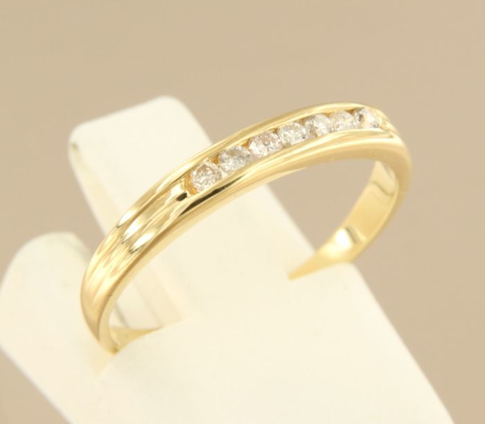 18 kt Yellow gold ring set with 7 brilliant cut diamonds, approx. 0.14 ct in total, ring size 16.25 (51); no reserve price