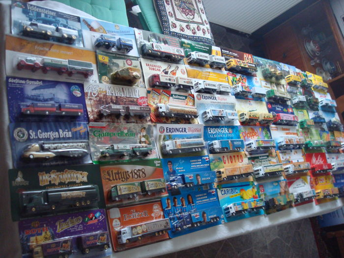 Various brands - Scale 1/87 - Lot with 90 Models: Brewery trucks, advertising trucks, many classic trucks and rarities, in original packaging