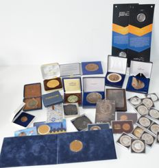 Netherlands - Lot with various coins, medals and stamps (33 pieces) - including heavily silver plated and bronze